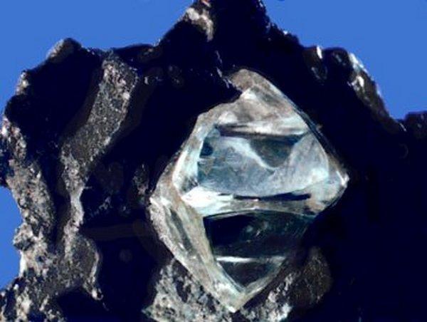 Nyers gyémánt kőzetburokban